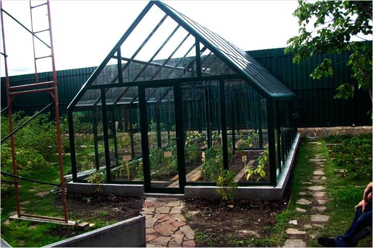 Двускатная крыша на теплице из поликарбоната