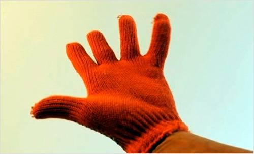 Обязательно одевается перчатка