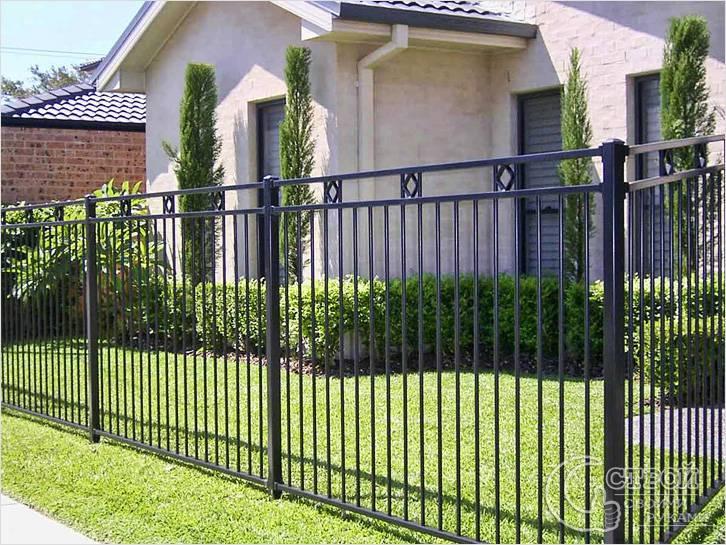 Простой металлический забор