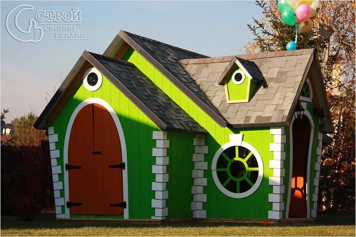 Яркий домик сложной конструкции