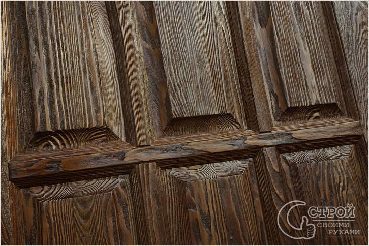 Брашированная дверь, покрытая морилкой