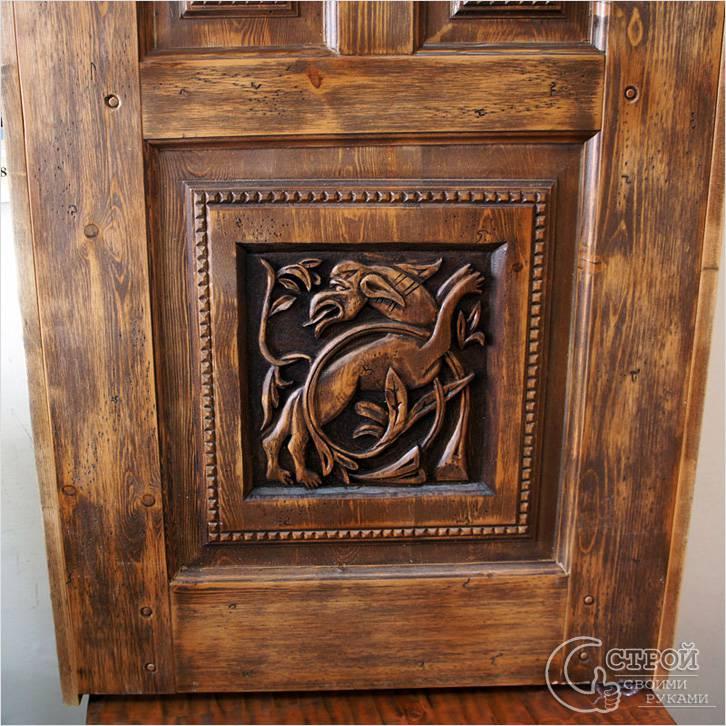 Филенчатая дверь, украшенная резьбой