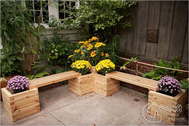 Дачная скамейка с клумбами