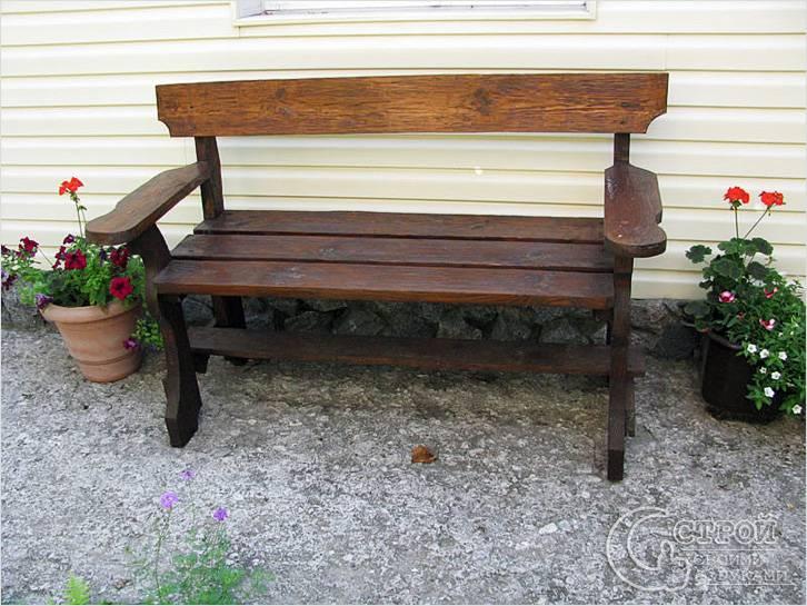 Небольшая скамейка у дома