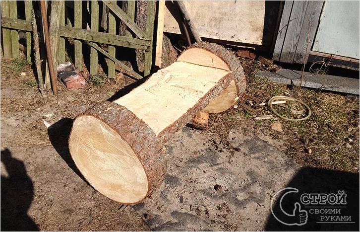 Скамейка из бревна, сделанная с помощью бензопилы