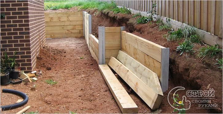 Вариант деревянной подпорной стенки