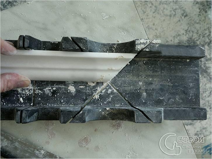 Разрезание потолочного плинтуса для угла