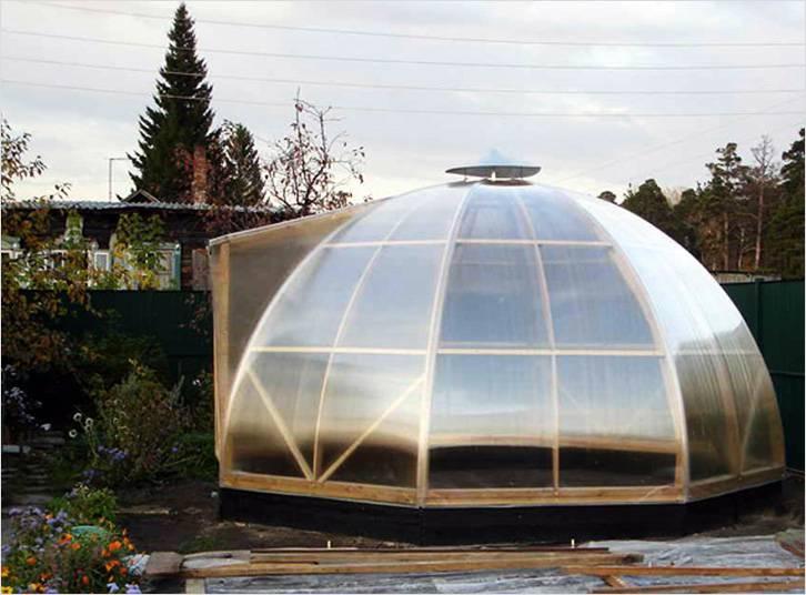Маленькая теплица из поликарбоната купольной формы