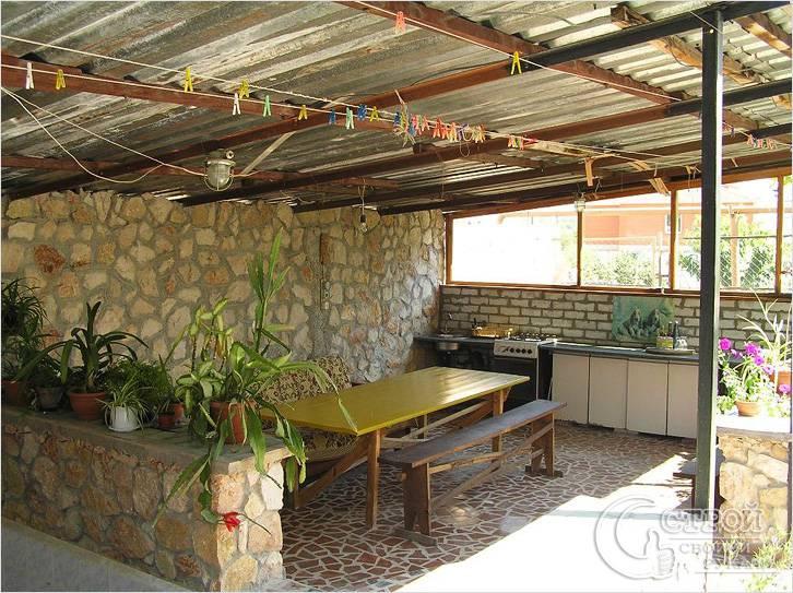 Летняя кухня с кровлей из обычного профлиста