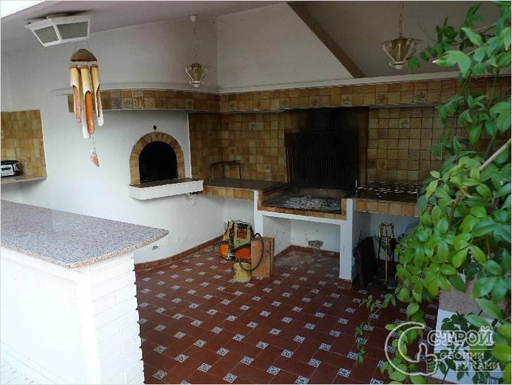 Летняя кухня с печью и барной стойкой