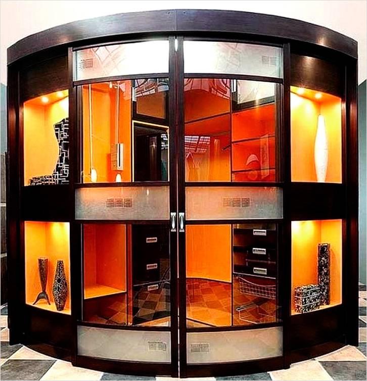 Диагонально угловой шкаф оригинально смотрится в помещении