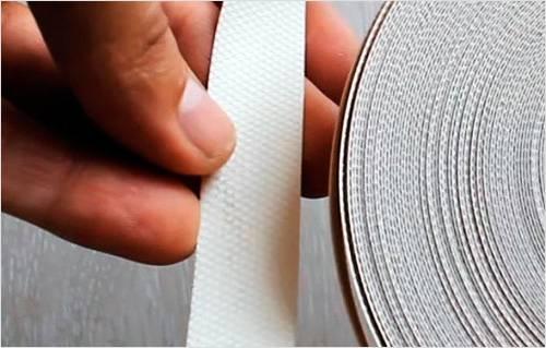 Кромочная лента имеет клеящую поверхность