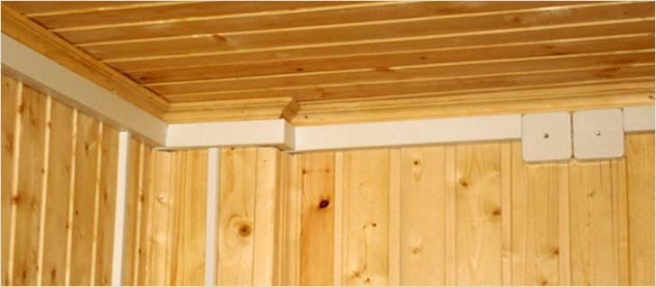 Кабель-канал, проложенный у потолка, с ответвлениями