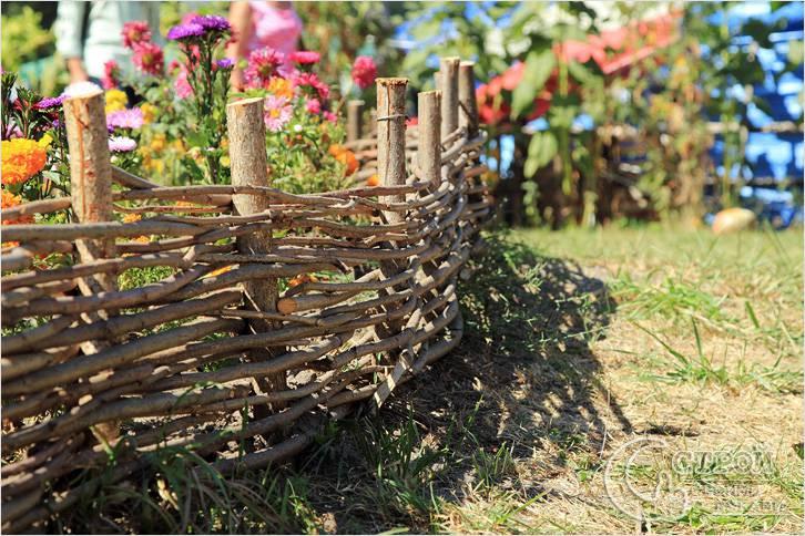 Плетеный забор для цветника