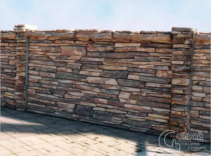 Забор, отделанный камнем