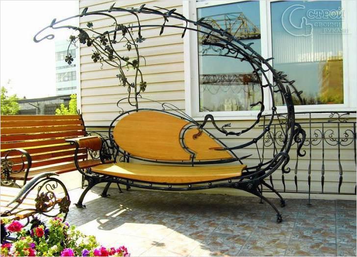 Деревянная скамейка с художественной ковкой