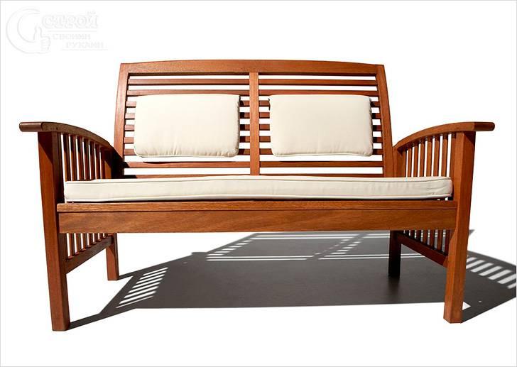 Деревянная скамейка с мягкими вставками