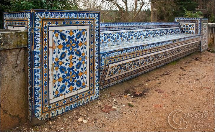 Каменная скамейка отделанная керамической плиткой