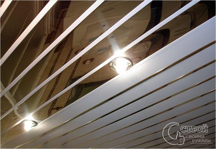 Комбинированный потолок с зеркальными элементами