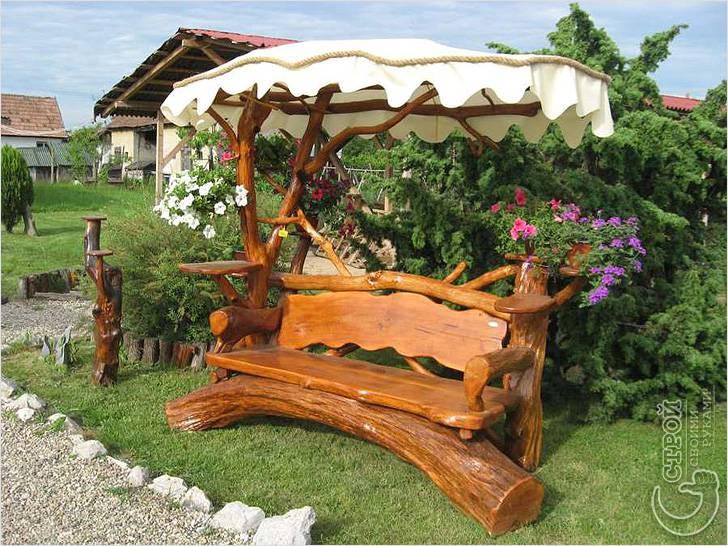 Красивая деревянная скамейка с навесом