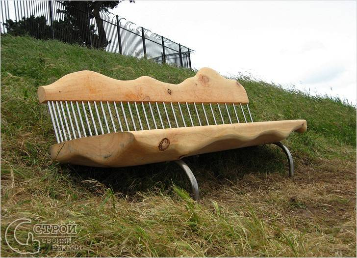 Скамейка из кипариса с металлическими вставками