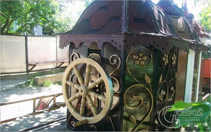 Необычный дизайн домика для колодца