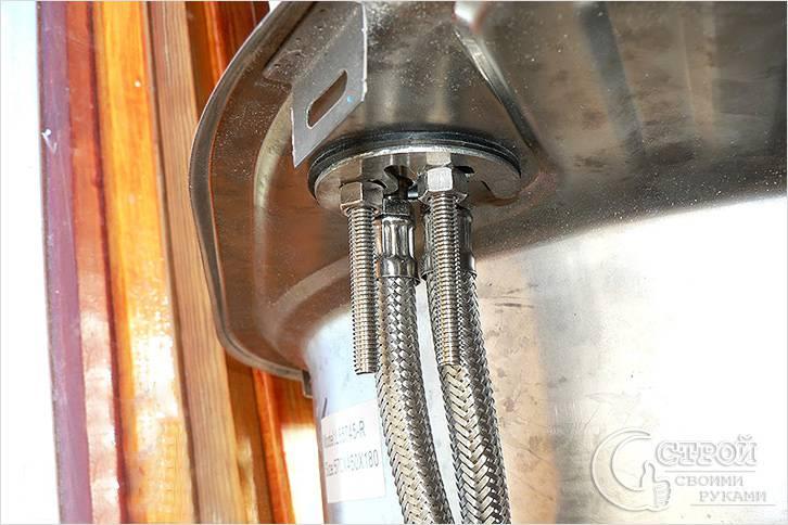 Закрепление смесителя на кухонной мойке на шпильки