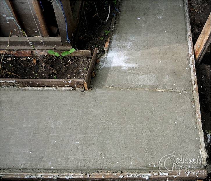Дорожка залита бетоном