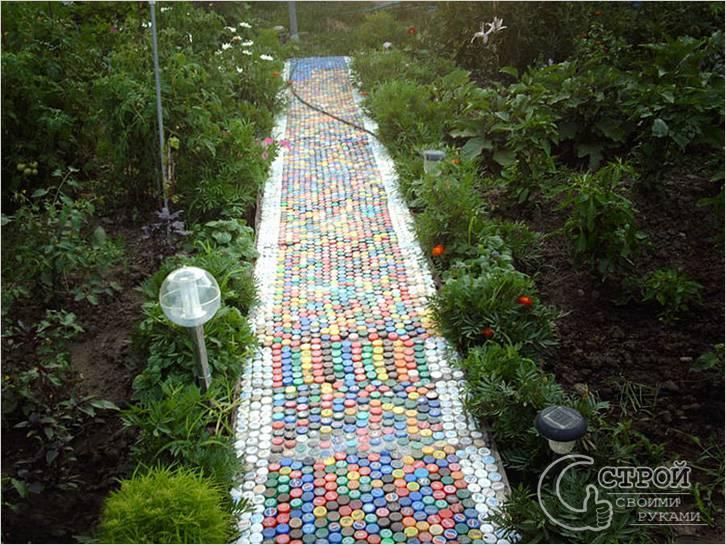 Садовая дорожка из крышек