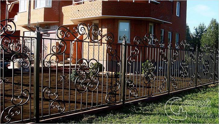 Красивый кованый секционный забор
