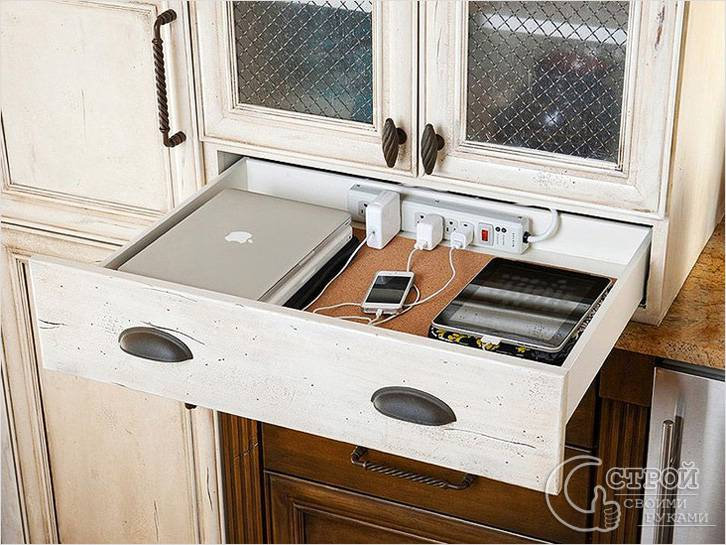 Место для зарядки гаджетов замаскировано под выдвижной ящик