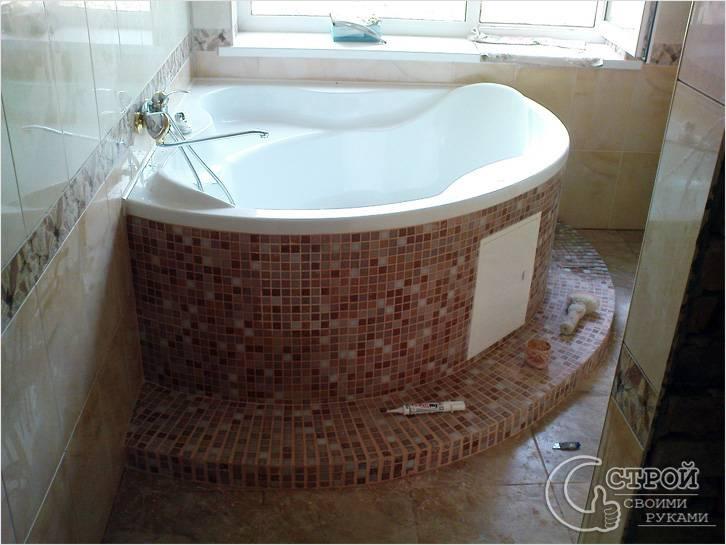 Акриловая ванна на основании, облицованном мозаикой