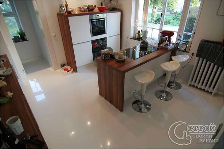 Белый полимерный пол на кухне