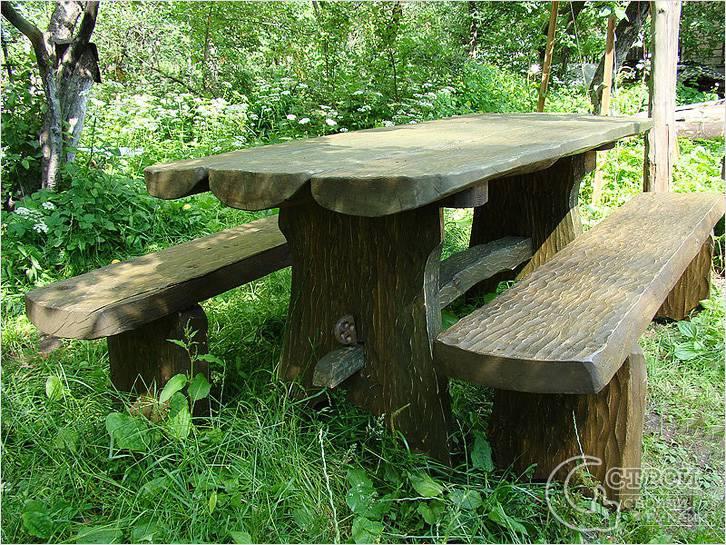 Дачный стол из дерева грубой обработки