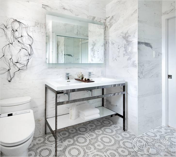 Мозаичный узор на полу в ванной