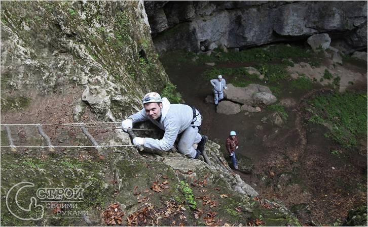 Подъем на скалу по веревочной лестнице