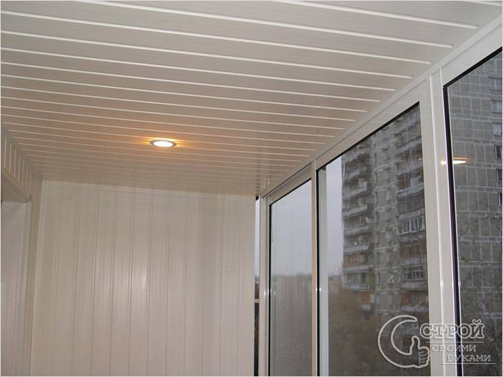 Потолок из панелей на балконе