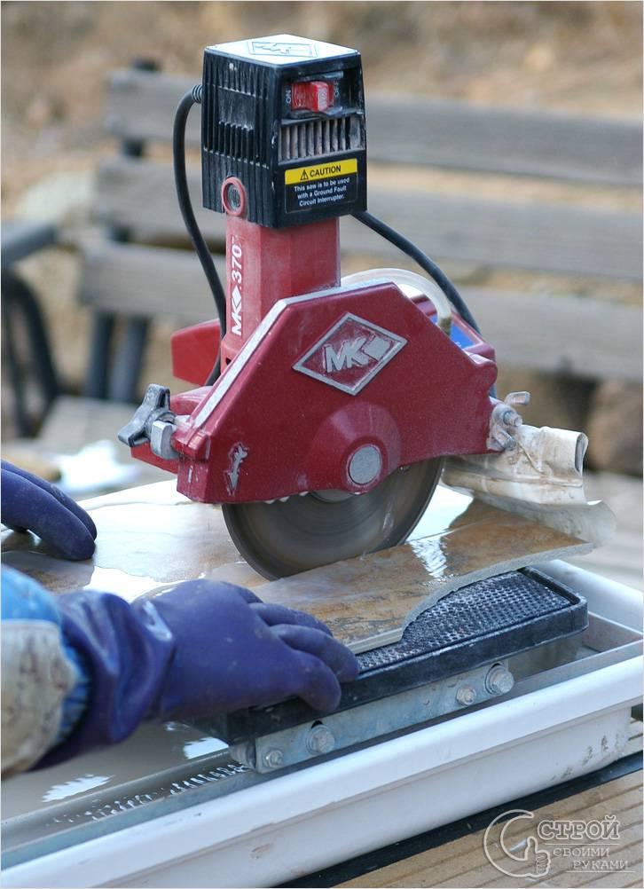 Процесс резки керамической плитки