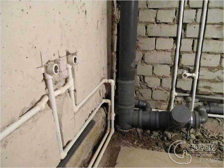 Трубы, вмонтированные в стену